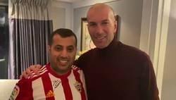 Enlace a Brutal: La cara que se le queda a Zidane cuando el jeque del Málaga le imita el cabezazo de Materazzi en la cara