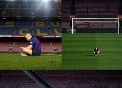 Enlace a El último partido de Iniesta en el Camp Nou. Decidió quedarse descalzo un rato más.