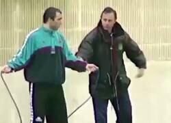 Enlace a Sale a la luz vídeo de Johan Cruyff enseñándole a Stoichkov como saltar la cuerda.