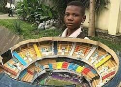 Enlace a El nigeriano de 11 años que recreó el Camp Nou con cartón.