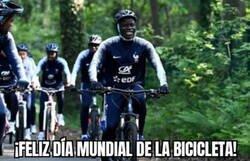 Enlace a No hay nada para alegrar el día como ver a Kanté en bicicleta