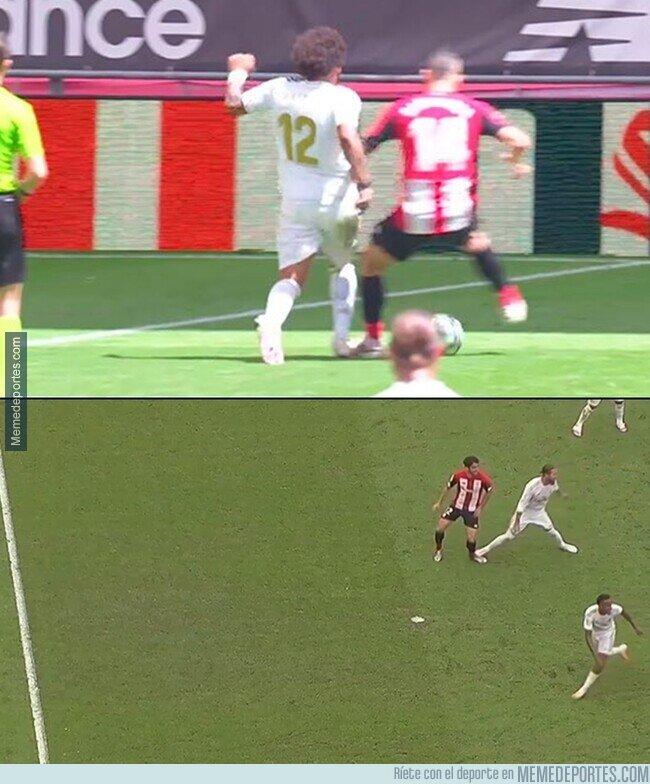 1108531 - Adivina que pisotón se pitó como penalti. Ni 5 minutos entre una jugada y otra.