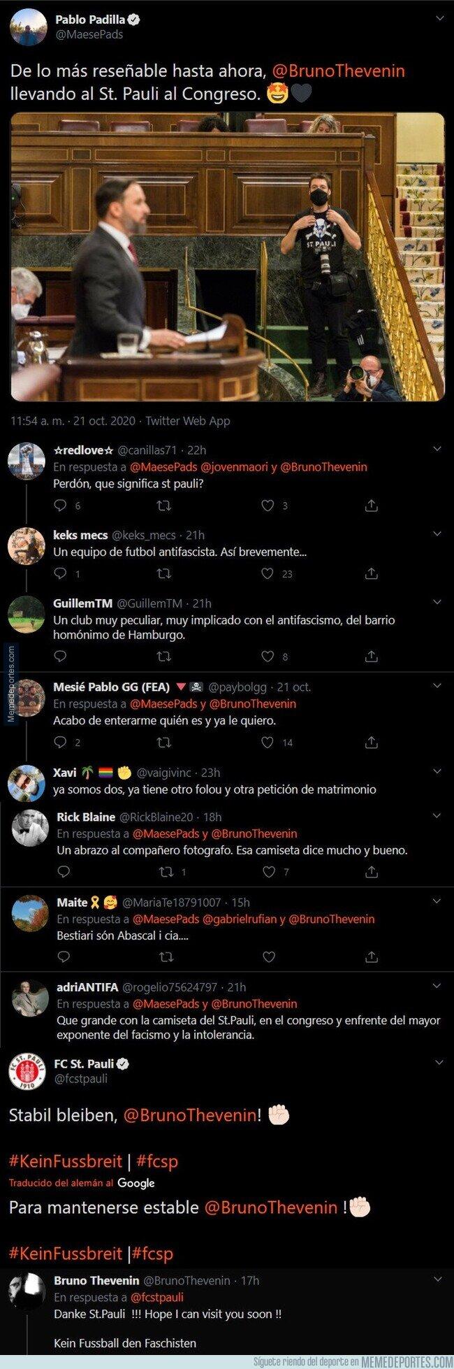 1118590 - La foto del día: un fotógrafo trolea por completo a Santiago Abascal con la camiseta del club alemán anti racista, anti sexista y anti homófobo en toda su cara