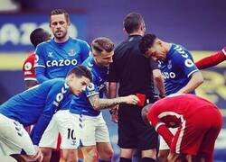 Enlace a Lucas Digne se autogafó contra el Liverpool