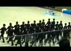 Enlace a Los japoneses se entrenan para cruzar los pasos de cebra