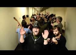 Enlace a El pasillo de la fiesta ¡Si esta canción no te pone de buen rollo...!