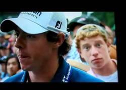 Enlace a Haciendo el tonto detras de un golfista