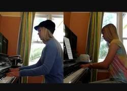 Enlace a Rebecca Black y Nyan Cat con piano a la vez