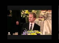 Enlace a Momento épico de Cómo conocí a vuestra madre: Barney hablando en Español.