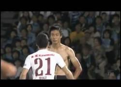 Enlace a Ken Tokura, celebración a lo Balotelli