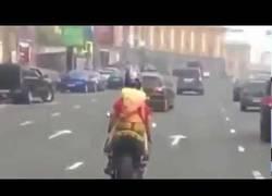 Enlace a Nunca te pongas minifalda si vas en moto
