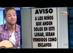 Enlace a Pablo Alborán cantando carteles de advertencia en El Hormiguero