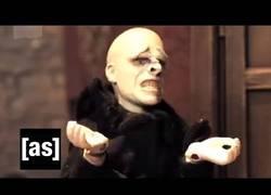 Enlace a El porqué de la falta de nariz de Voldemort y su odio hacia los Potter (inglés)