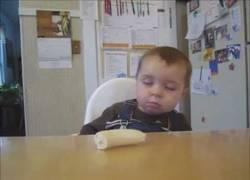Enlace a Bebé come plátanos mientras duerme