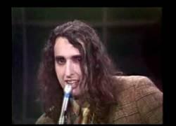 Enlace a Tiny Tim, el cantante falsete, no sé si es genial o muy perturbador