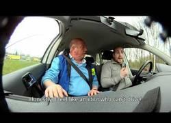 Enlace a El examen de conducir imposible. Conducir mientras escribes en el móvil [Inglés]