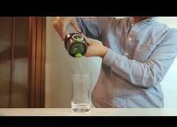 Enlace a Un filtro tan increíble que convierte la Coca-Cola en agua azucarada transparente