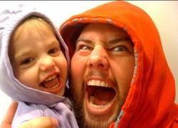 Enlace a Puede ser el padre más troll del mundo, pero sus hijos se lo pasan en grande con él (0:45)