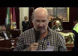 Enlace a Un parado de 50 años desafía al gobierno del PP en Cádiz hablando de espaldas en el pleno