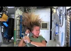 Enlace a ¿Cómo se lavan el pelo en el espacio?