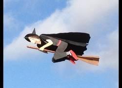 Enlace a El avión teledirigido que parece una persona volando en escoba, este año, Halloween por todo lo alto