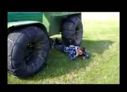 Enlace a No sé si este tractor pesa muy poco o este granjero ruso está muy fuerte