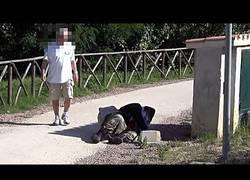 Enlace a ¿Qué pasa cuando se cae al suelo un hombre de negocios? ¿Y si el caído es un vagabundo?