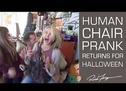 Enlace a La cámara oculta del sillón viviente, ideal para Halloween