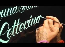 Enlace a Un auténtico maestro de la caligrafía, ¡menudo talento!