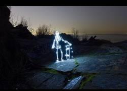 Enlace a El esqueleto luminoso que salía a hacer skate al llegar la noche