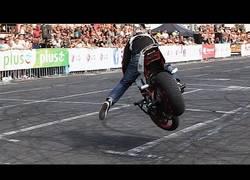 Enlace a Impresionante exhibición de trucos con la moto