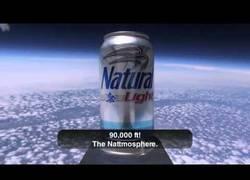 Enlace a ¿Quieres cerveza fría para una barbacoa y no tienes hielo? Lánzala al espacio y volverá helada