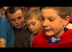 Enlace a Amigos de un niño que sufre bullying se visten como él para que dejen de molestarlo (inglés)