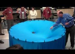 Enlace a Así explican el fenómeno de la gravedad espacial en un instituto americano, ¡ciencia divertida!