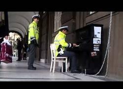 Enlace a Policía tocando el piano en las calles de Praga