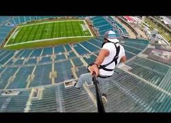 Enlace a Una mezcla entre bungee jumping y una tirolina desde lo alto de un estadio de fútbol americano