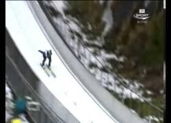 Enlace a Tremendo hostión de este saltador de esquí