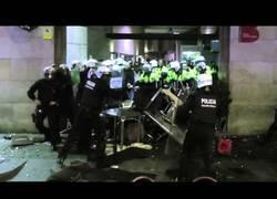 Enlace a La policía carga violentamente en Barcelona, los manifestantes responden y pasa esto