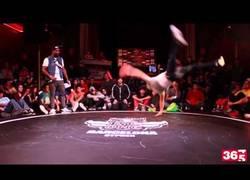 Enlace a Se quita la camiseta de forma increíble en pleno movimiento de breakdance, ¡pedazo de b-boy!