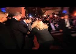 Enlace a Leonardo Dicaprio recibe un abrazo en la entrepierna de un bromista