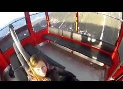 Enlace a Se lanzó en un paracaídas desde un teleférico