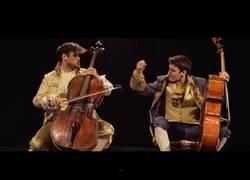 Enlace a ¿Cómo sonaría Thunderstruck de AC/DC interpretada a dos violonchelos?
