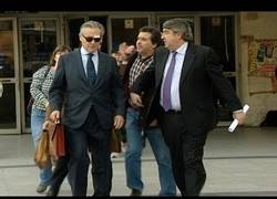 Enlace a Insultan y pegan a Blesa a la salida de los juzgados de Plaza de Castilla