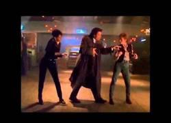Enlace a Una nueva manera de bailar ''Sexy and I know it'', ¡gracias John Travolta!
