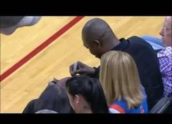Enlace a Fan de los Rockets atrapa el balón firmado por Hakeem Olajuwon y se lo entrega a un niño. ¡Grande!