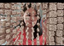 Enlace a Esta chica retrata a Jackie Chan con palillos chinos