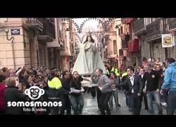 Enlace a Doble caída de una Virgen en una procesión muy rápida