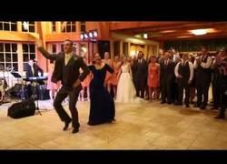 Enlace a ¡Este chico y su madre hacen un mashup en la boda que deja a todo el mundo alucinado!
