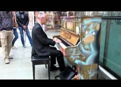 Enlace a Este hombre improvisa canciones de Coldplay y Radiohead con un piano de un centro comercial