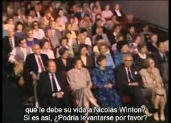 Enlace a Nicholas Winton salvó la vida a 669 niños. No sabe que los tiene sentados a su lado